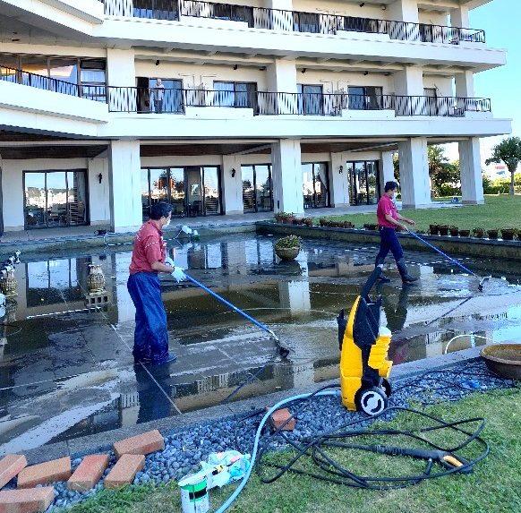 池の大掃除を行いました!